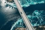 Vannkraft elv under bro med bil