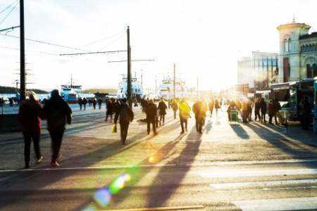 Folkeliv på Aker brygge i solnedgang