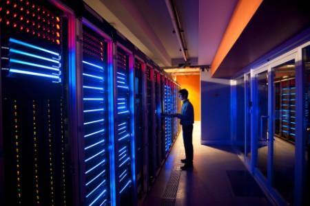 Siber güvenlik değerlendirmesi gerçekleştiren bir uzman