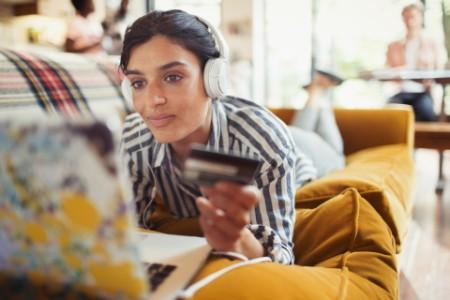 mulher a comprar online