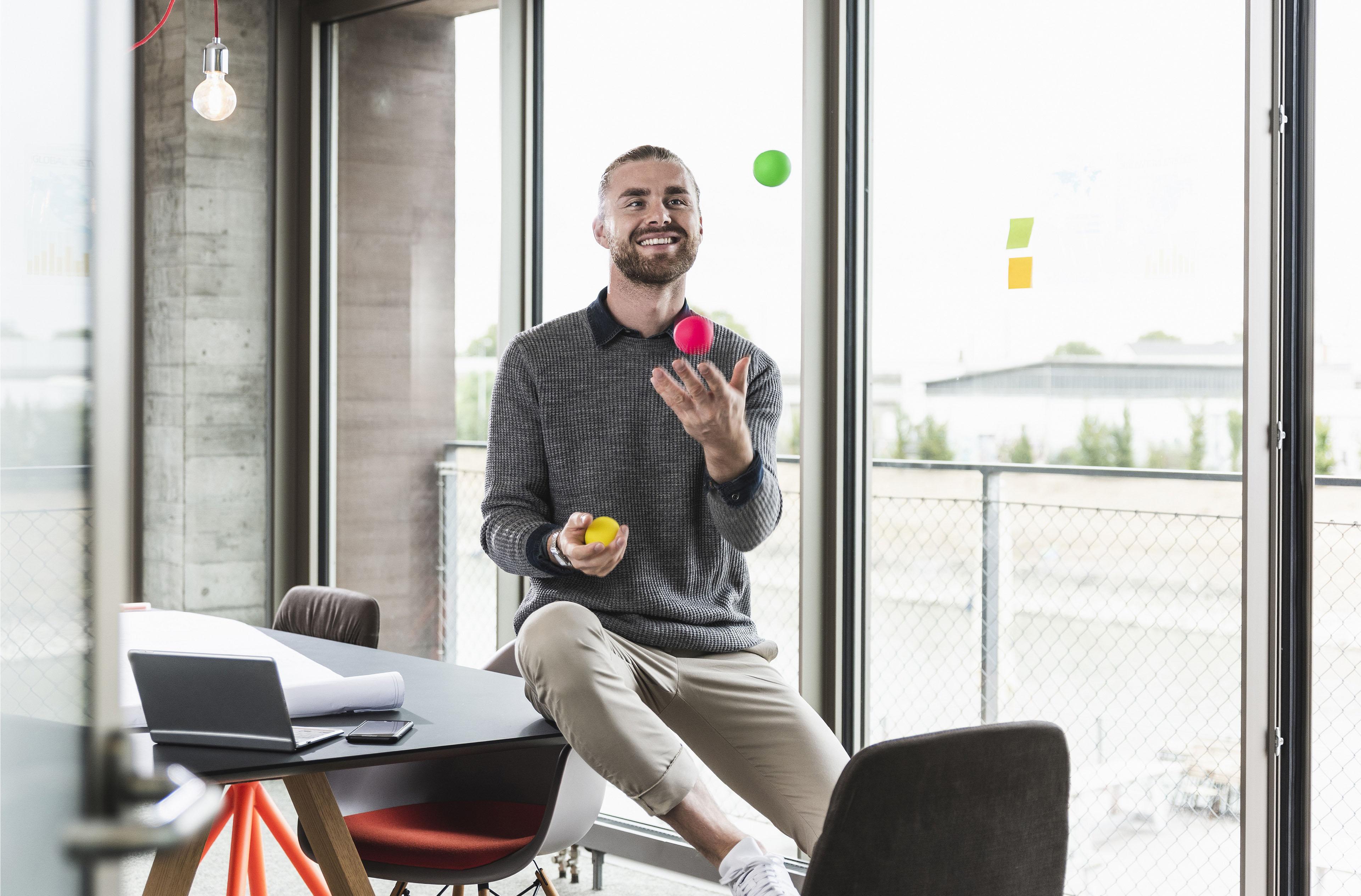 Мужчина объясняет видение выполняемой задачи своему коллеге
