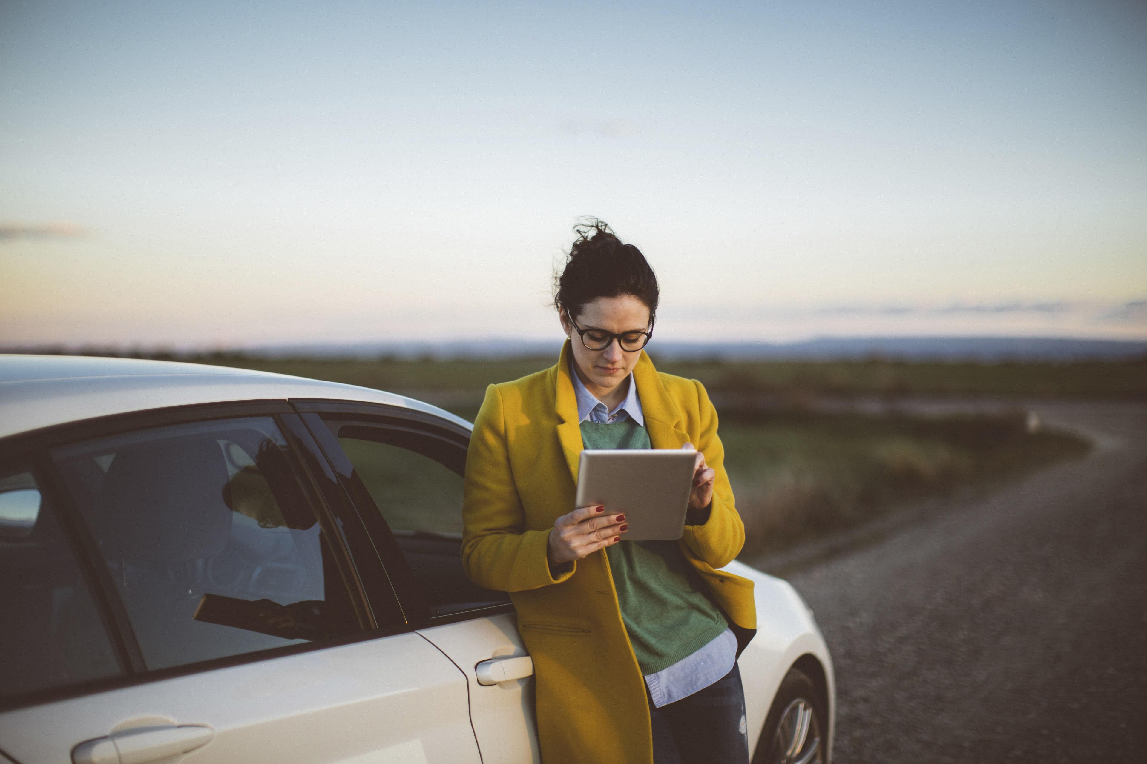 Женщина задумчиво изучает содержание статьи на экране планшета