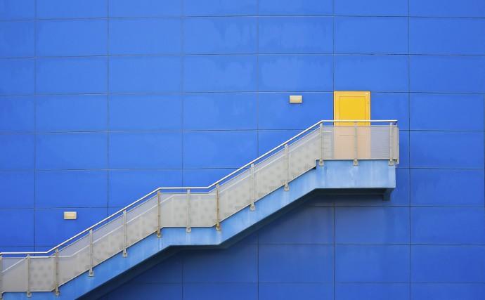 Лестница ведущая к желтой двери