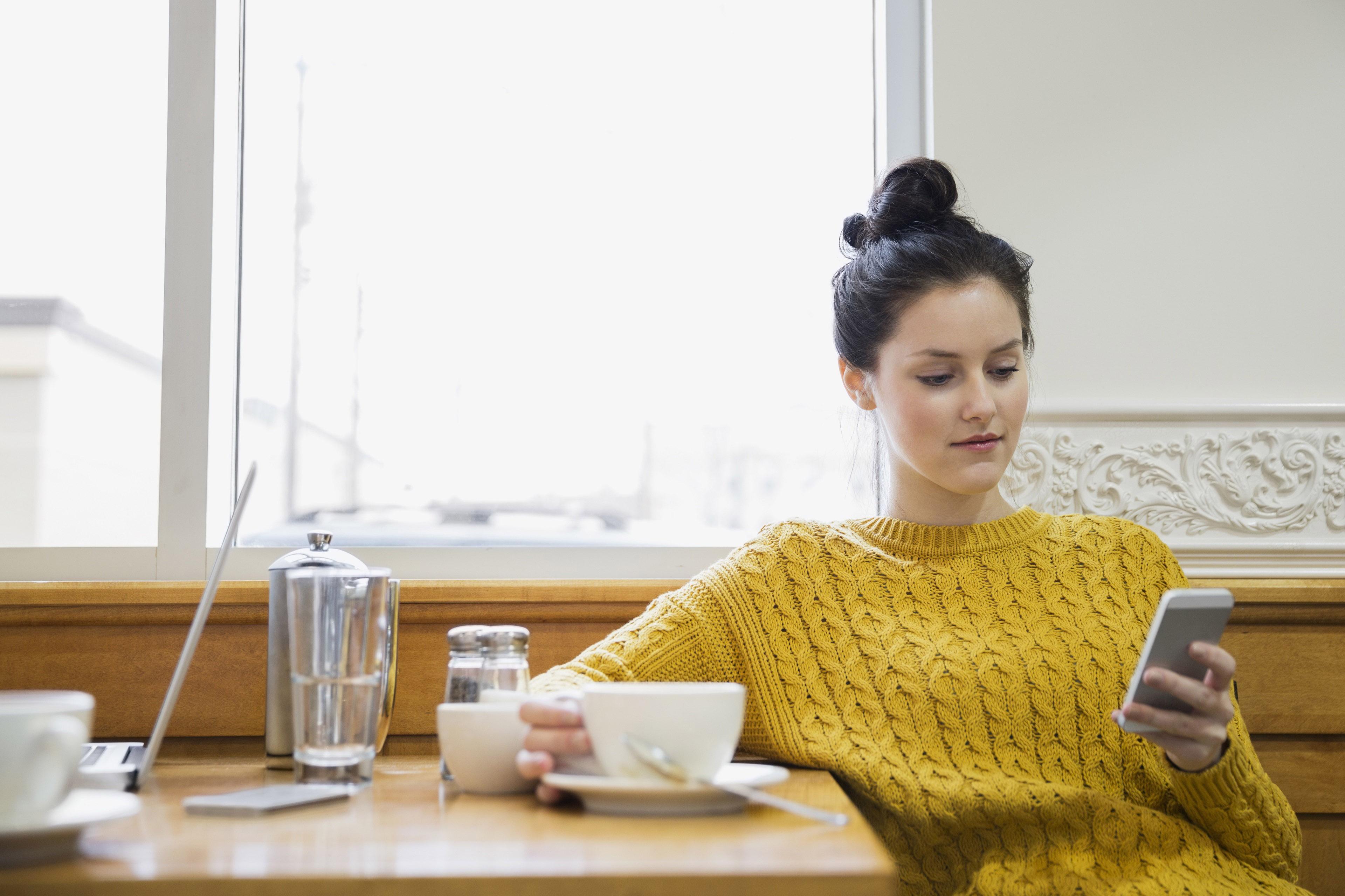 Мужчина пьет кофе во время утренней работы