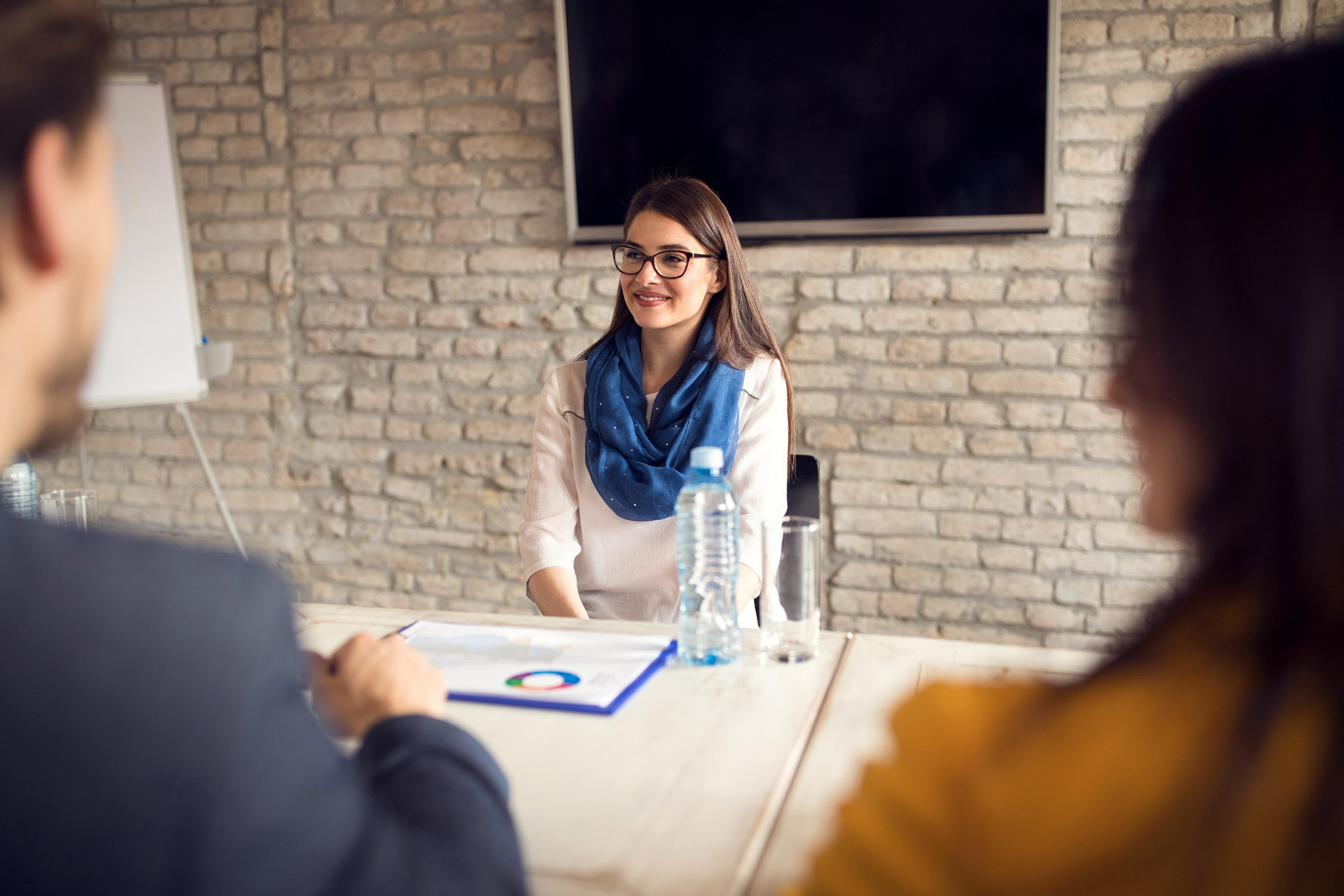 Опытные профессионалы за обсуждением рабочих вопросов