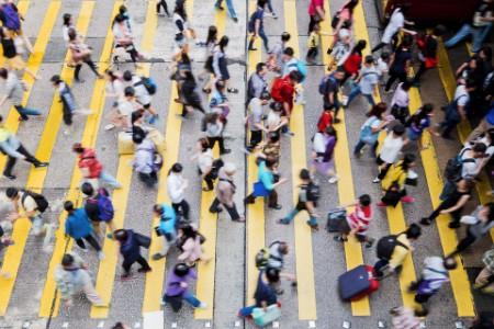 Толпа людей на пешеходном переходе