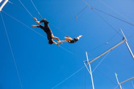 Гимнасты выполняют трюки