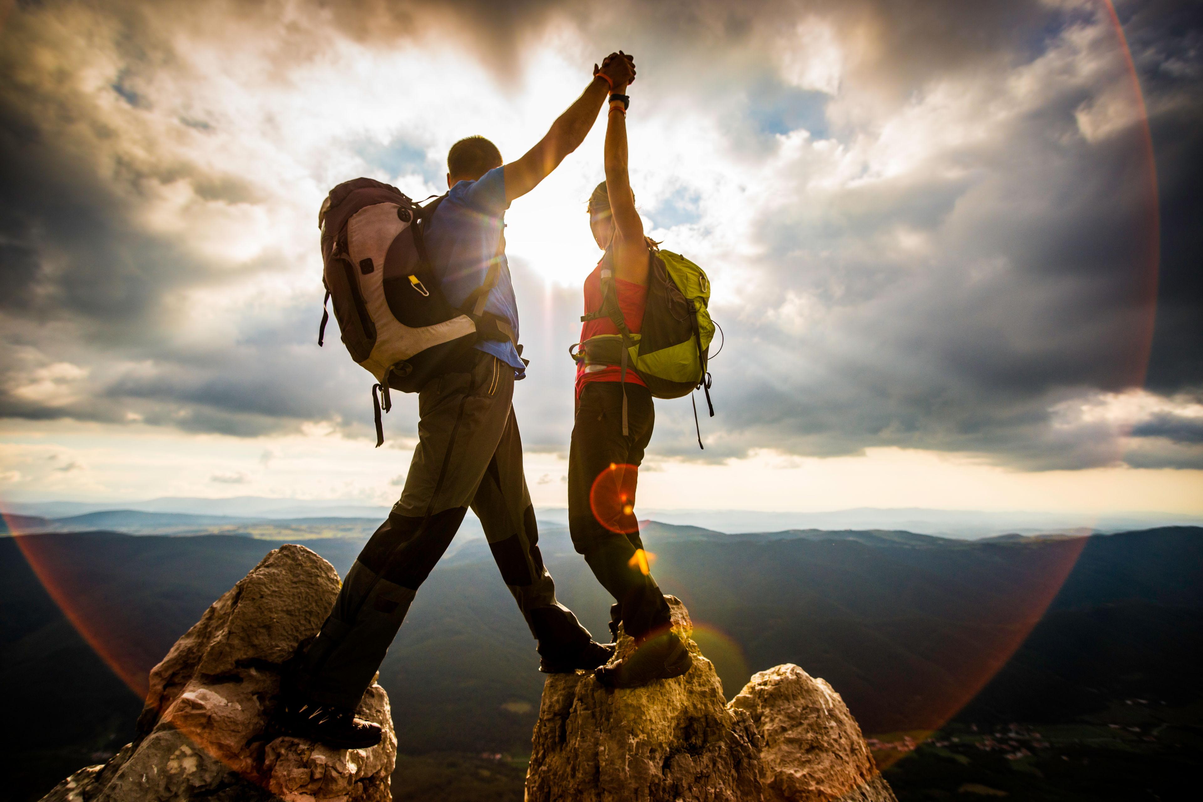Alpinista na vrhu gore