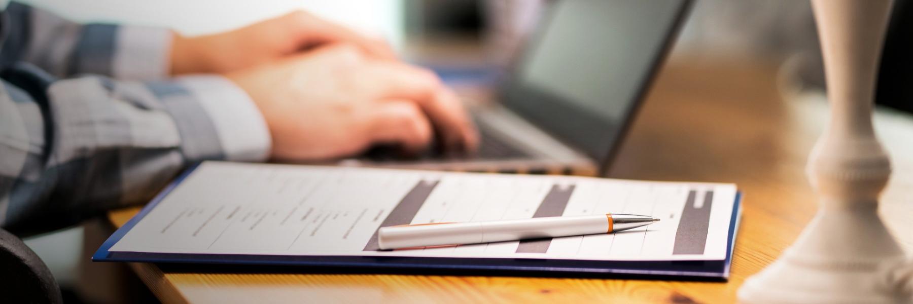 İletişim alanlarından oluşan iletişim formu ve laptop görseli