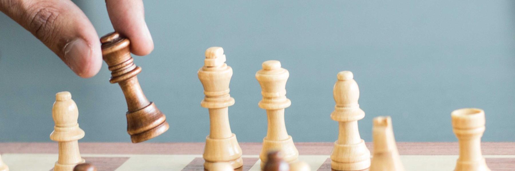 Sosyal Güvenlik ve İş Mevzuatı Hizmetlerini betimleyen satranç görseli