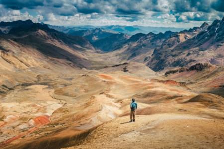 男子眺望廣袤的山景
