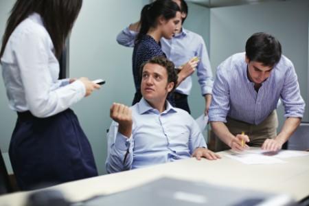 商務人士於會議室進行討論