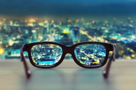 都會夜景中的眼鏡特寫照